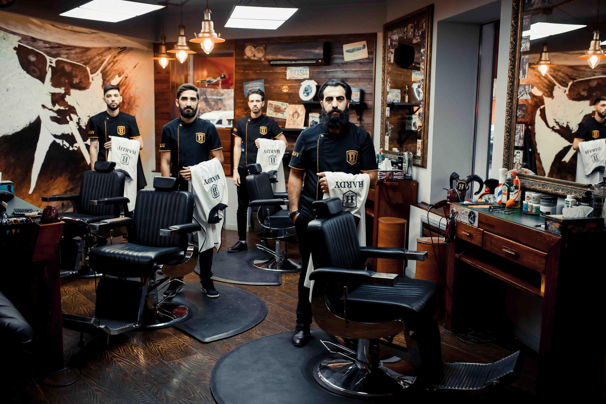 Мастер по стрижке бороды, как называется?