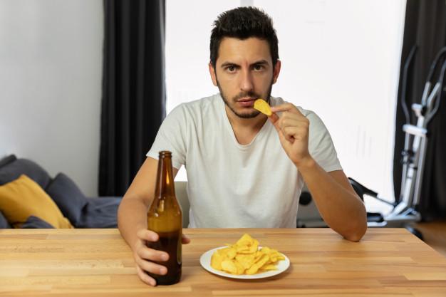 пиво и чипсы, сидячий образ жизни