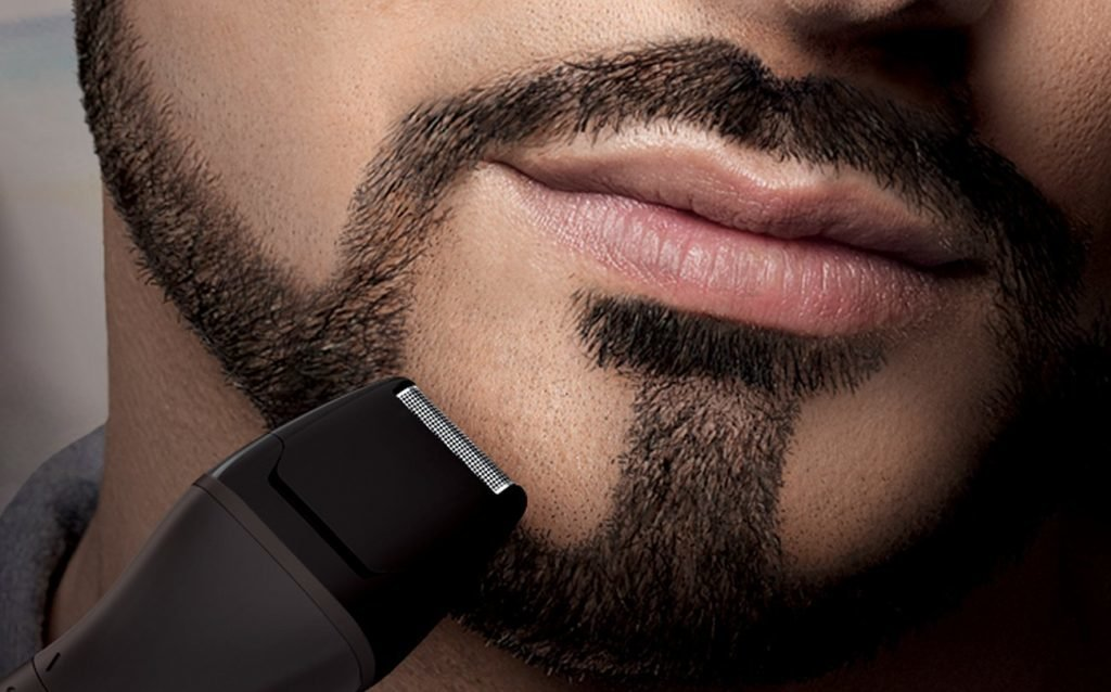 бритье щетины триммером