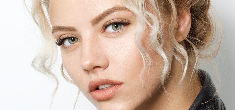 светло-карие брови зеленоглазой блондинки