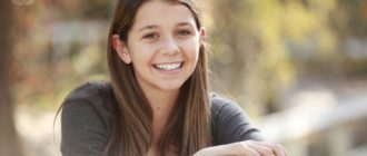 улыбающийся подросток