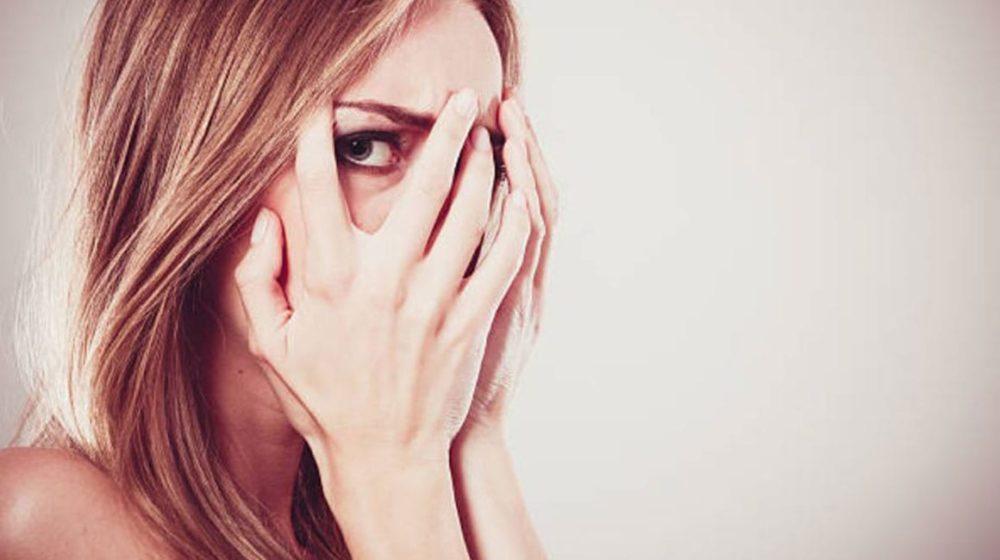 девушка закрыла брови рукой