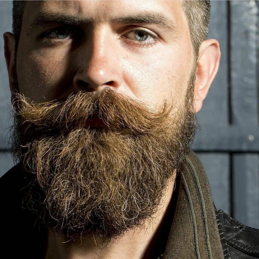 мужчина с бородой и усами