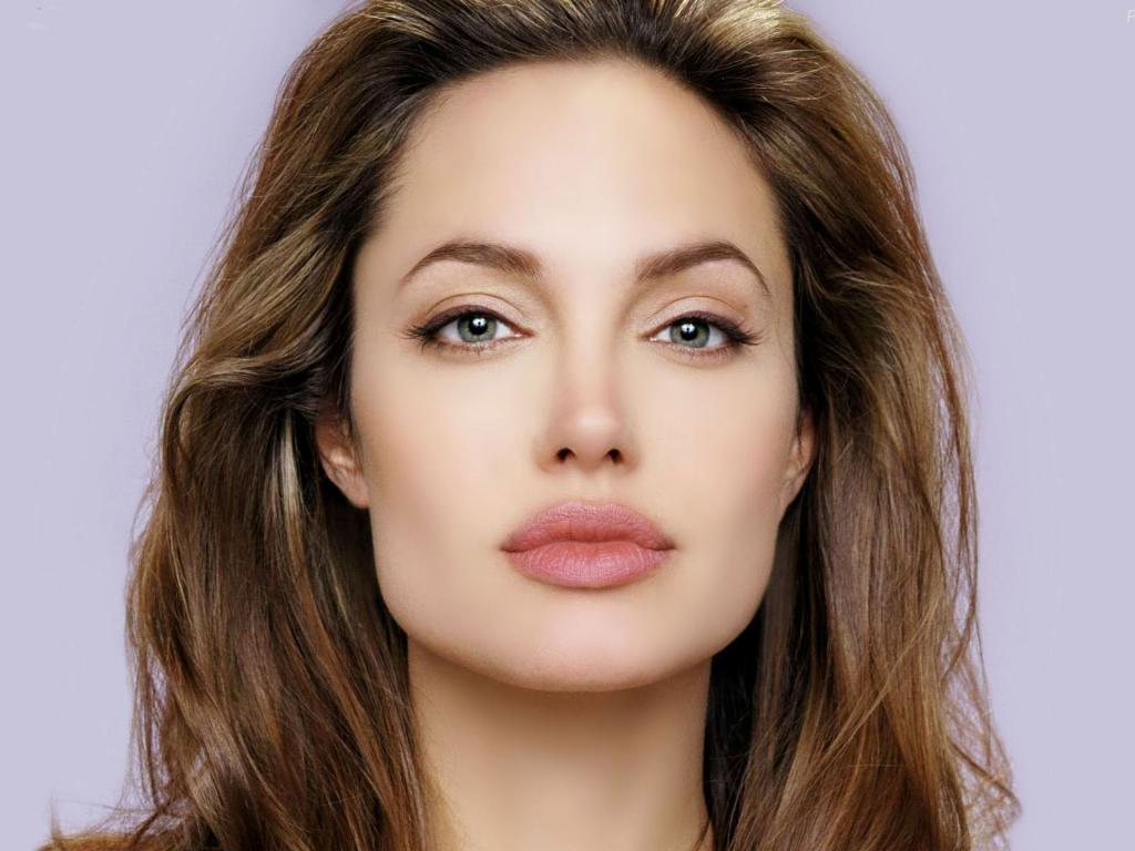 квадратное лицо у Джоли